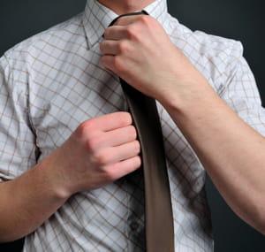 enquêtez pour découvrir si le port de la cravate est nécessaire.