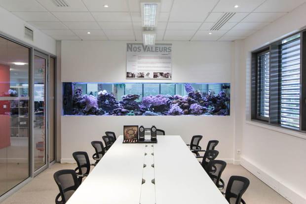 Un vaste aquarium dans la grande salle de réunion