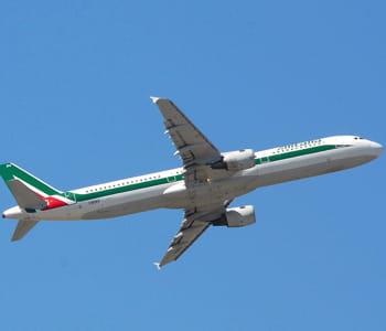 un avion alitalia prend son envol.