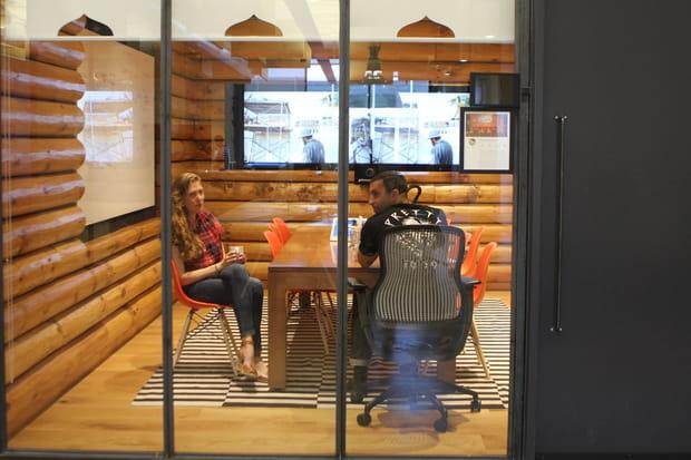 Echanger des secrets d'entreprise à l'abri des murs en verre de la salle Stockholm