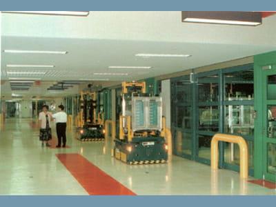 de machines transportant des billets dans les couloirs de la fed.
