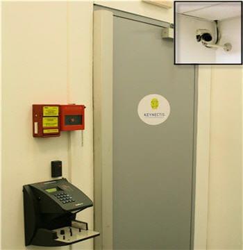 l'accès à la salle de test, puis aux zones de production, est défendu par un