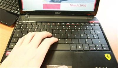 un clavier aux touches serrées, mais larges