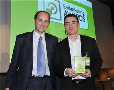 sébastien langlois d'@position (à gauche) remet le prix spécial du jury à