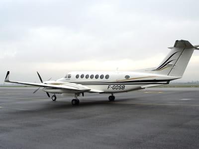 le beech b300 d'accor photographié ici à l'aéroport de lyon-bron.