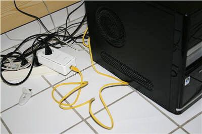 exemple de branchement d'un adaptateur cpl au dos de l'ordinateur.
