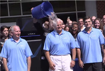 le ceo d'emc, joe tucci, au centre, lors de son 'ice bucket challenge' l'été