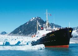 un navire de croisière au large du spitzberg, à 500 km à l'est du groënland.