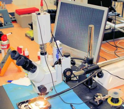 le microscope électronique permet de repérer les secteurs sur les plateaux.