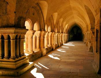 le cloître d'un monastère bourguignon.