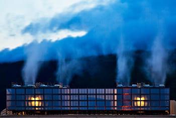 de la vapeur sort des tours de refroidissement du data center de google à