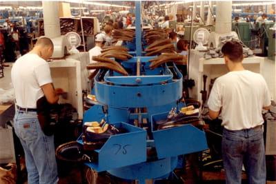 une chaîne de montage dans l'usine anglaise de dr martens.