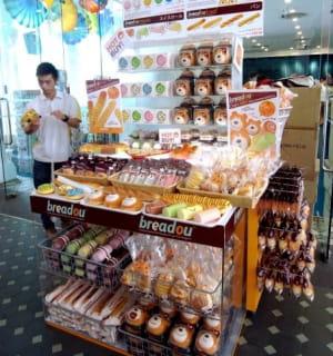 les breadou, des antistress en forme de pâtisserie, sont vendus dans un stand