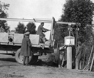 la pose d'une pancarte par michelin en 1926.