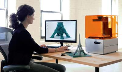 imprimante 3d form 1 utilisée dans un studio de design.