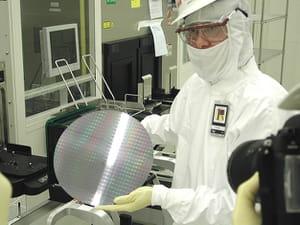 spécialisé dans la fabrication de processeurs pour pc et serveurs, intel