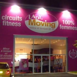 une façade de l'enseigne de remise en forme lady moving.
