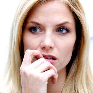 des yeux écarquillés trahissent l'inquiétude d'une personne.
