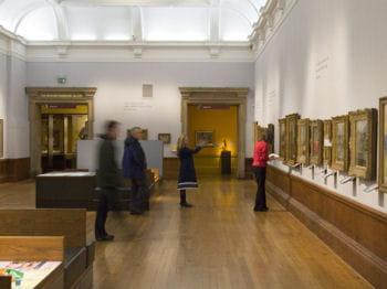 visitez un musée de manière active et organisez un rallye culturel en équipe.