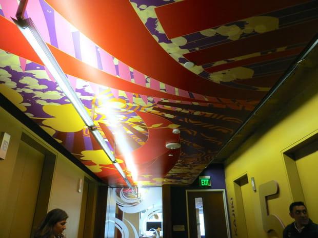 Une fresque de style hawaïen au plafond du hall des ascenseurs