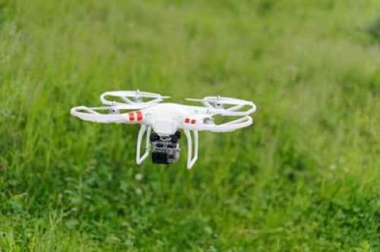 Qui utilise un drone pour espionner l'équipe de France de football?