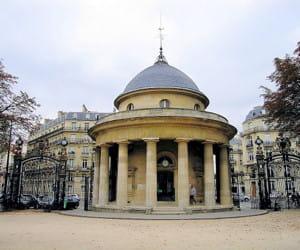 le parc monceau, dans le 17e arrondissement.