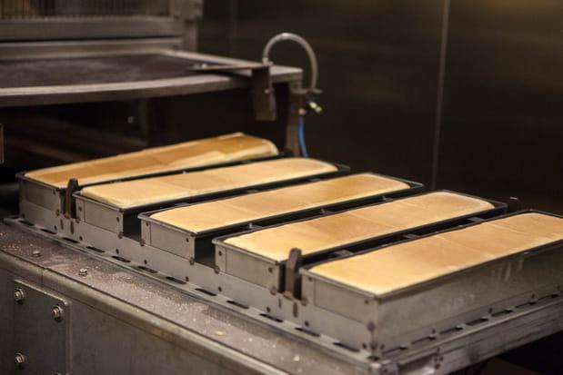 Déverrouillage des couvercles et démoulage des pains