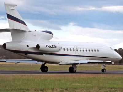 le jet d'axa, ici sur la piste de l'aéroport de camberra, en australie.