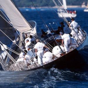 naviguer sur un voilier demande un travail d'équipe sans faille. un exercice