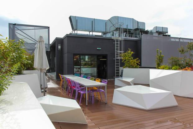 une terrasse avec barbecue pour les beaux jours. Black Bedroom Furniture Sets. Home Design Ideas