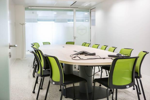 Une salle de réunion de 15 personnes par étage