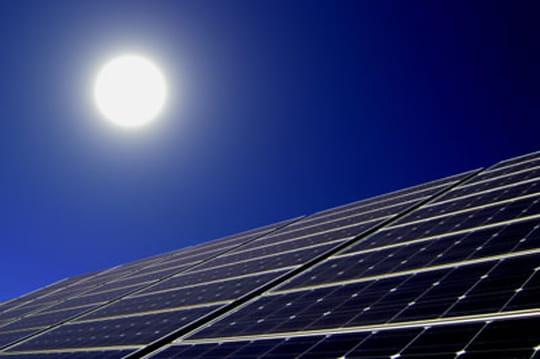 Une centrale à tour solaire, pour produire jour et nuit