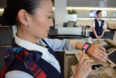 japan airlines équipe son personnel d'accueil de smartphone galaxys5 et