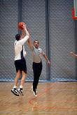 le président barack obama lors d'un match de basket.