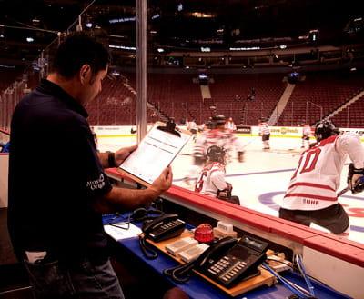 un membre de l'équipe d'atos originlors de l'entrainement des équipes de hockey