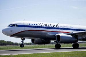 un avion d'united au décollage.