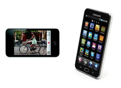 a gauche l'ipod touch d'apple, à droite le samsung galaxy wi-fi 5.
