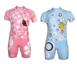 ce maillot de bain pour enfants offre une protection solaire totale.