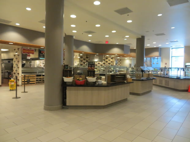 Une vaste cafétéria sur le campus