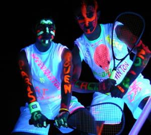 grâce à des équipements fluorescents, tout est possible dans le noir.