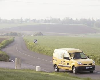 la poste assure la distribution du courrier, de colis et assure des prestation