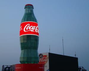 une bouteille de coca-cola géante.