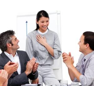 recevoir des félicitations permet souvent de prendre confiance en soi.