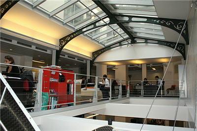 les bureaux de 24h00, idéalement situés sous une immense verrière