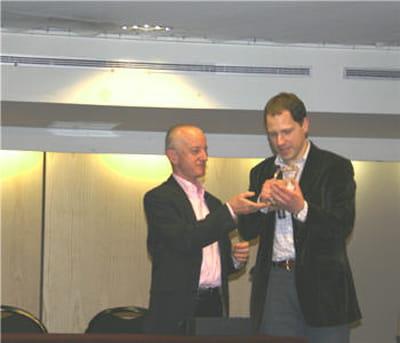 mathieu hug (à d.), co-fondateur de runmyprocess, reçoit le trophée 2009 de