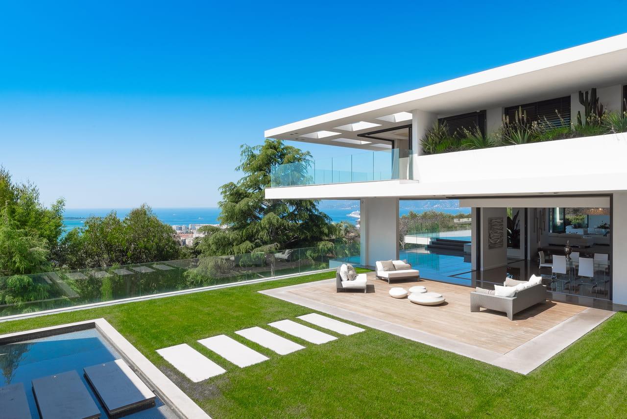 visitez cette villa d 39 architecte en vente 35 millions d 39 euros pr s de la croisette. Black Bedroom Furniture Sets. Home Design Ideas