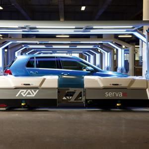 le robot optimise le rangement des voitures dans le parking.