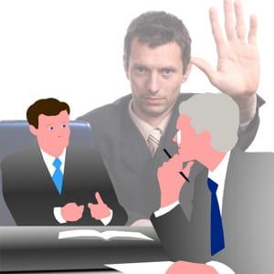 le manager prend la parole pour expliquer le déroulé de l'entretien mais ne doit