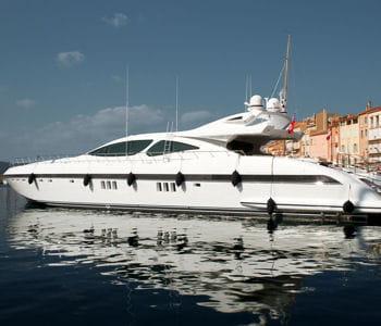 un yacht amarré au port de saint-tropez.