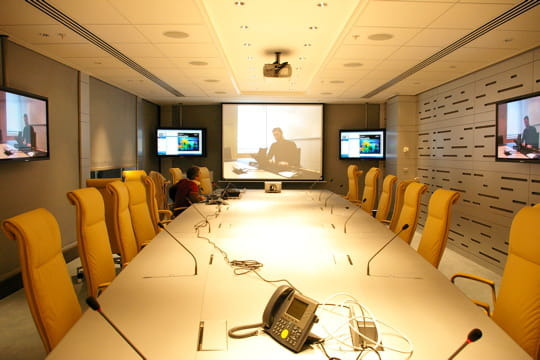 La salle du comité de direction met la téléprésence à l'honneur
